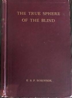 La page couverture du livre est reliée en bougran bourgogne avec des caractères dorés