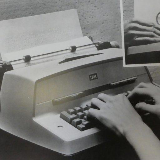 Une machine à écrire, deux mains sur le clavier, et un médaillon gros plan d'un caractère en braille