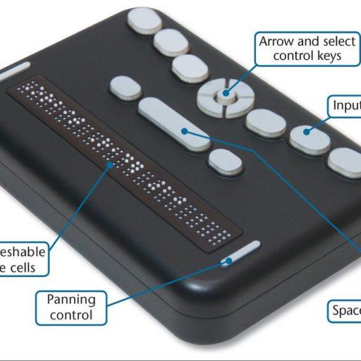 Les étiquettes autour du lecteur indiquent les touches de fonction – dans le sens horaire, à partir du haut : flèche et touches de contrôles de sélection, touches d'entrée, barre d'espace, contrôleur de panoramique et 20 cellules braille dynamiques.