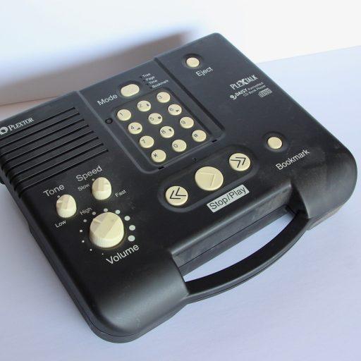 Image du dessus du lecteur et de tous les boutons pour le contrôle de la lecture : dans le sens horaire à partir du haut à droite – éjection, signet, bouton d'arrêt/démarrage, volume, tonalité, vitesse, mode. Centre : un clavier avec des chiffres et des flèches.